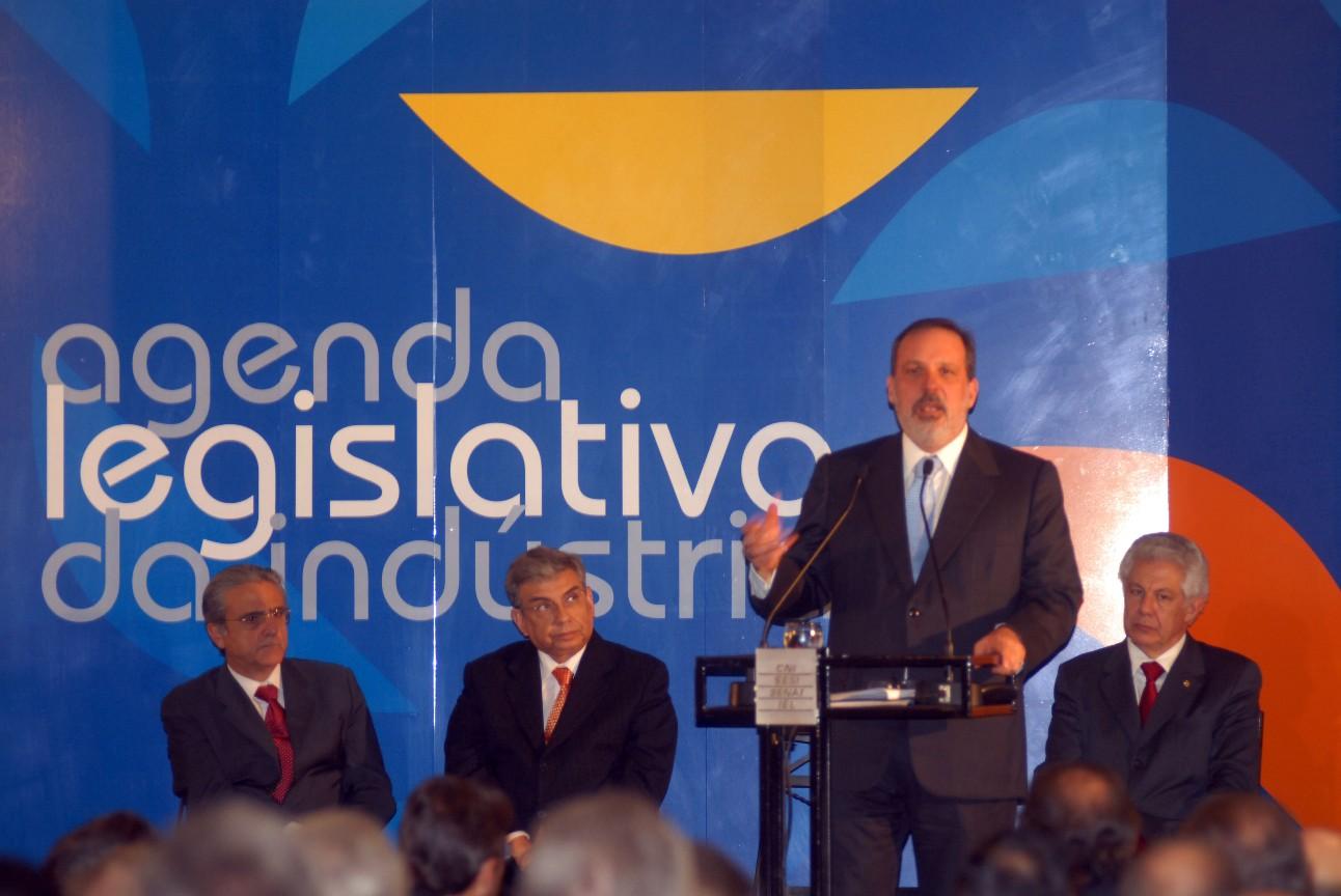 Fotografia histórica mostra lançamento da agenda legislativa da indústria em 2008, com parlamentares e industriais no palco