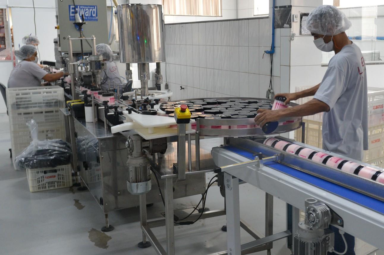 Trabalhador de máscara dentro da indústria