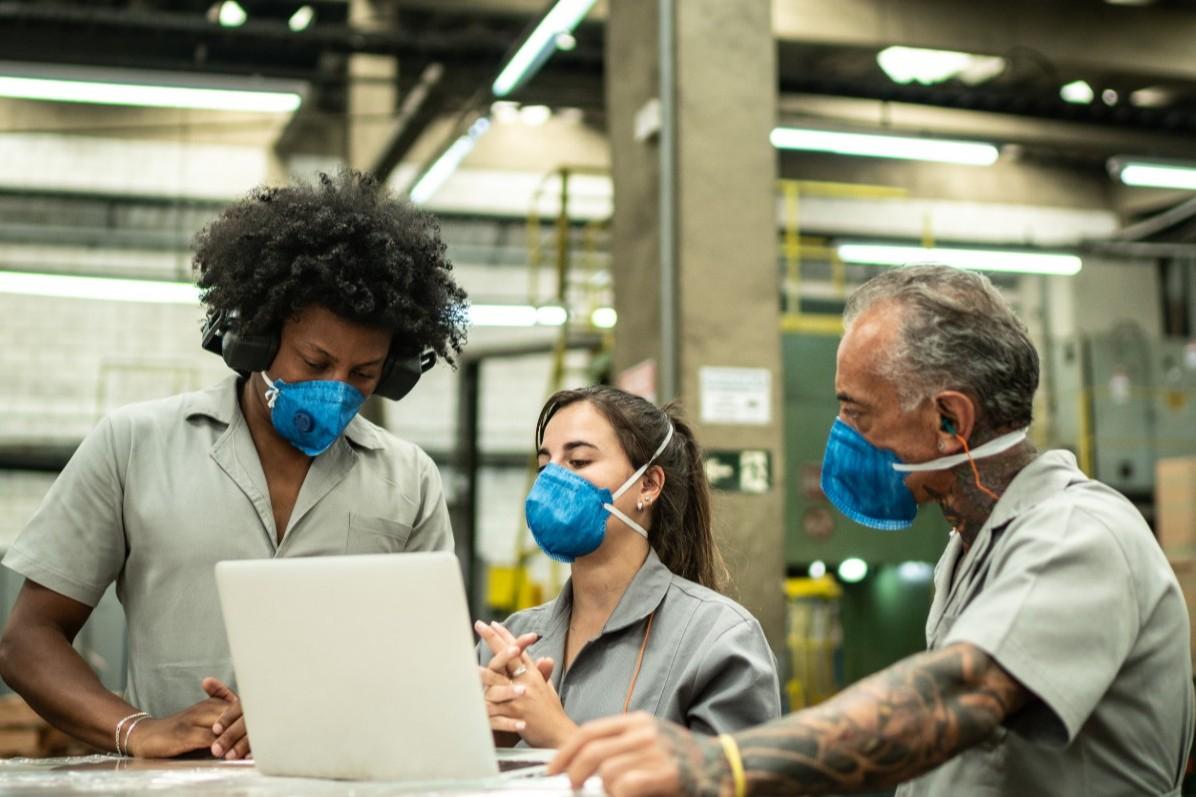 Trabalhadores utilizando máscaras
