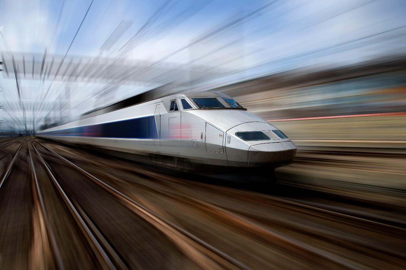 um trem moderno com a sensação de estar em alta velocidade