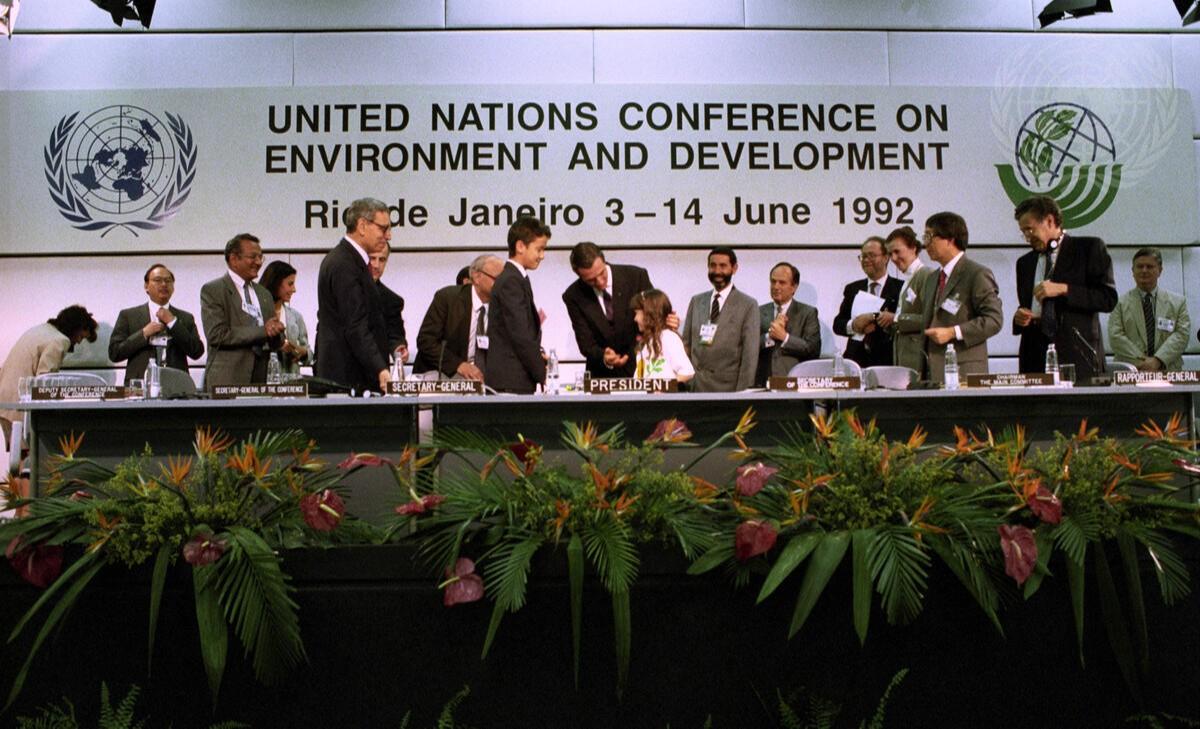 Foto histórica mostra líderes nacionais assinando declaração conjunta na Eco92, no Rio de Janeiro, em 1992. Michos Tsovaras/ONU